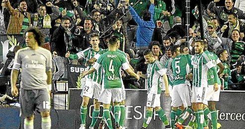 Los jugadores celebran el gol de Cejudo.
