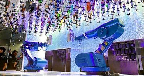 Barcos de lujo ya han introducido brazos robóticos que preparan bebidas.