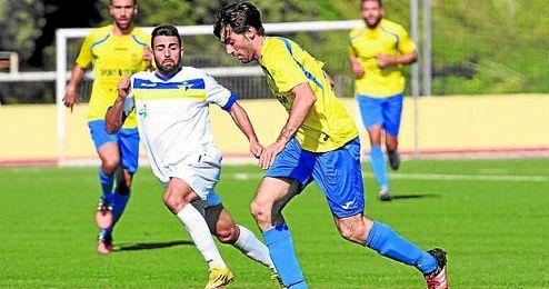 Lance del encuentro disputado ayer entre el San Juan y el Écija y que finalizó con empate a un tanto.