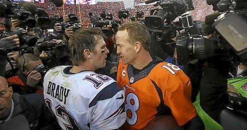 En la imagen jugadores de los Panthers y de los Broncos se desafían.