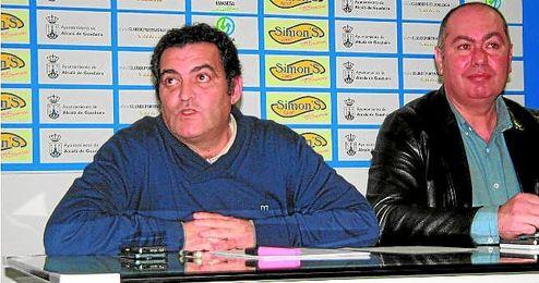 En primer plano, el vicepresidente blanquiazul Alonso Arias; a su lado, el directo Rafael Repetto.