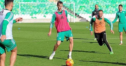 Imagen de Fabián durante el entrenamiento de hoy en el Villamarín.