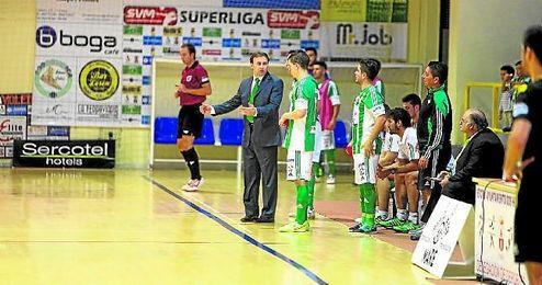 El técnico del Real Betis FSN, José Vidal, da instrucciones a sus jugadores durante un encuentro de esta temporada.