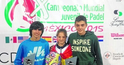 Los sevillanos Carlos L�pez, Marta y Sergio Borrero, durante el Campeonato Mundial Juvenil de p�del.