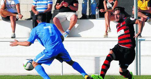 Tano golpea el esf�rico en un lance ante el San Roque, con la el�stica del Gerena, su ex equipo.