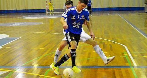 Keko, que recibe la presión de un rival, se convirtió en el héroe bético frente a los gallegos.