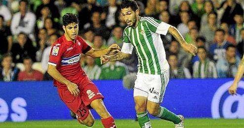 Asensio y Petros, pugnando por un bal�n en el partido de ida en el Villamar�n.
