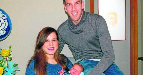 Adri�n San Miguel y su esposa Tamara Mariscal posan con su nuevo hijo