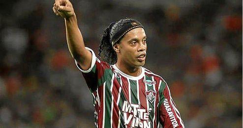 Ronaldinho Gaucho vistiendo la camiseta de su actual club, el Fluminense.