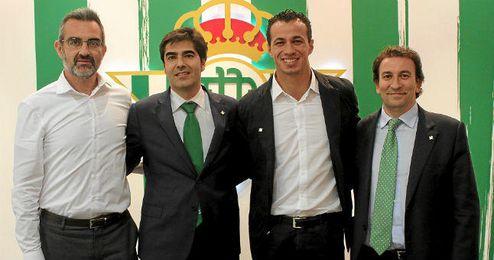 El delantero brasileño posa con el director deportivo y los dos consejeros delegados del Betis.