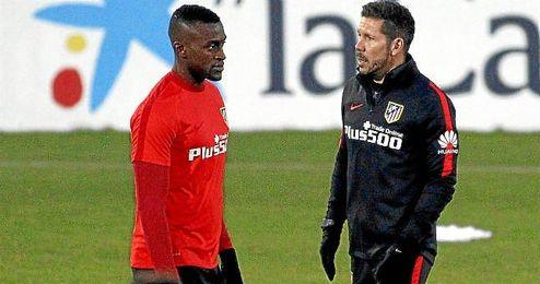 Jackson Martínez, junto a Simeone en un entrenamiento.