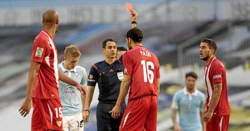 Fazio vio la roja a los 25 minutos de la primera mitad.