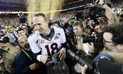 Manning, con el trofeo de campeón de la NFL.