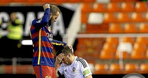 Aleix Vidal y Pablo Piatti, tras chocar.