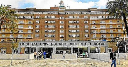 El bebé esta siendo atendido en el Hospital Virgen del Rocío.