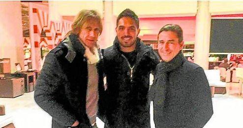 Vargas cen� junto a Ricardo Gareca y su ayudante, Sergio Sant�n.
