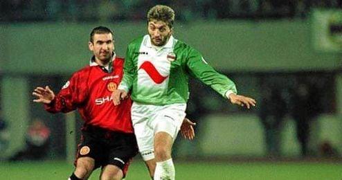 En la imagen, Ivanov pugna un balón con Cantona.