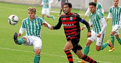 Lance del partido entre el Betis B y el Melilla.