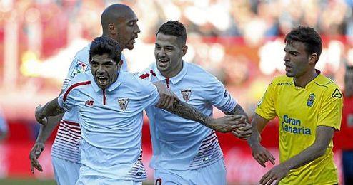 Vitolo celebra con Banega el 1-0 ante Las Palmas.