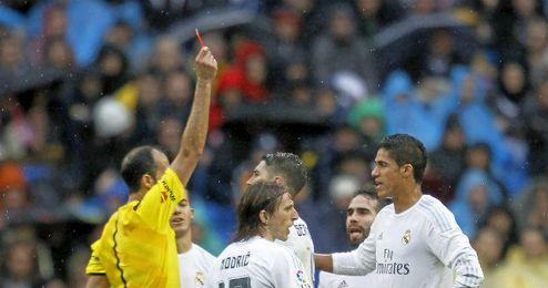 Varane, en el momento de su expulsión ante el Athletic.
