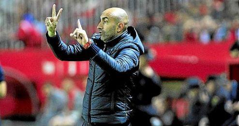El ´Pichu´ Abelardo, dirigiendo un partido del Sporting de Gijón.