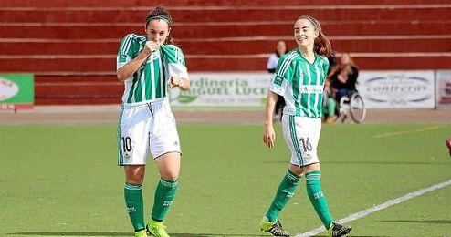 Paula Moreno ´Paulita´ se besa el escudo de la camiseta tras marcar un gol