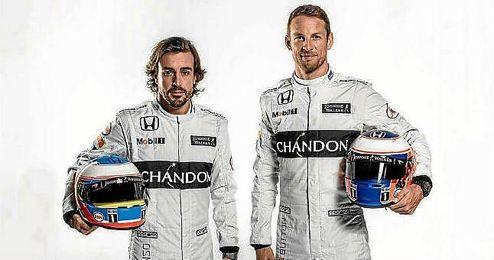 Alonso, junto a su compa�ero de equipo, Jenson Button.