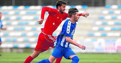 El mediocentro loreño Nino presiona al polivalente centrocampista del Estrella San Agustín Gordi.