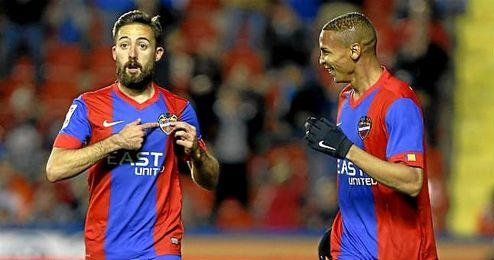 Morales celebra un gol con el Levante esta temporada.