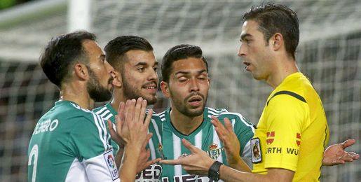 La plantilla del Betis le protesta al �rbitro en el Camp Nou.