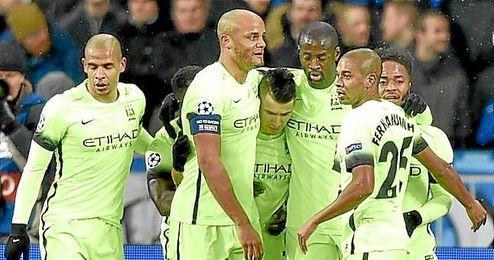 Los jugadores del City celebra en primero gol, obra de Agüero.