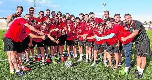 Jos� Juan Romero, con los jugadores del Gerena.