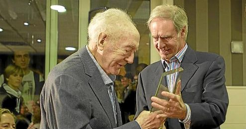 En la imagen, el desaparecido Iriondo recibiendo un homenaje por parte del Athletic.