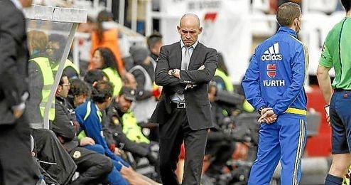 En la imagen, Paco J�mez en el banquillo del Rayo Vallecano.