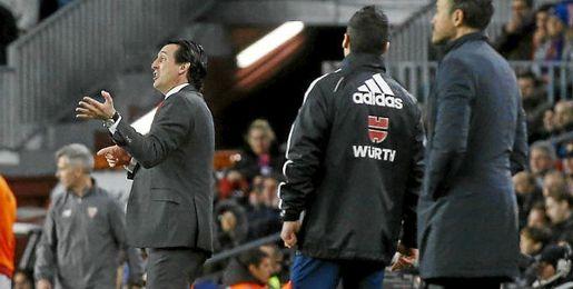 Unai Emery, en la banda del Camp Nou.