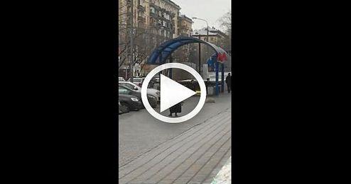 Una mujer pasea la cabeza de un ni�o por las calles de Mosc�