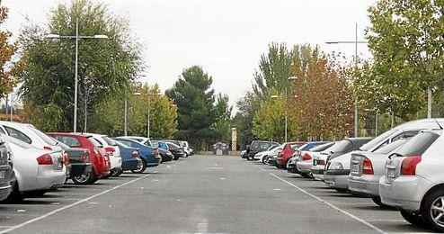 En la imagen, un aparcamiento urbano repleto de coches.