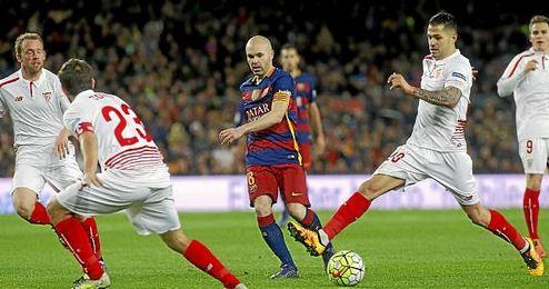 El canario Vitolo, durante una jugada de ataque del Sevilla en el Camp Nou.