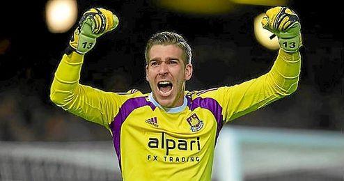 Adrián, en un partido con el West Ham.