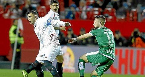 Reyes controla el bal�n en el Sevilla-Eibar.