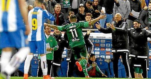 Vargas celebra el 0-3 con el banquillo verdiblanco.