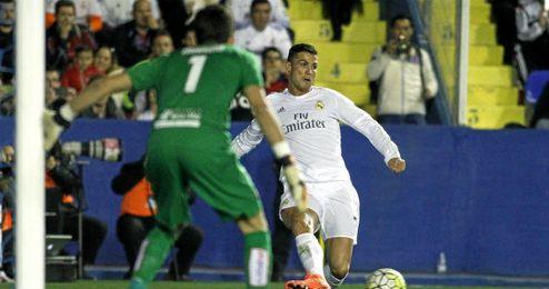 Cristiano Ronaldo, durante el encuentro de ayer frente al Levante.