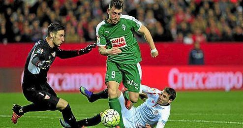 Sergio Rico hizo paradas de mérito ante el Eibar.