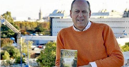 Fernando Carrasco posa con su última novela.