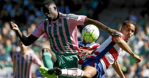 N�Diaye lucha un bal�n con El Arabi.