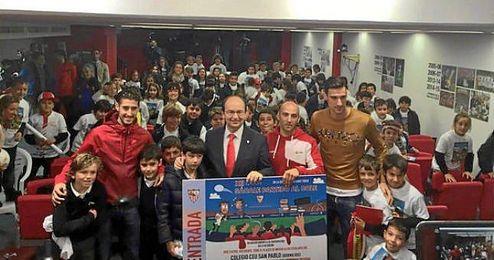 El presidente del Sevilla posa junto a Rico, Escudero y los ni�os de CEU Andalucia.