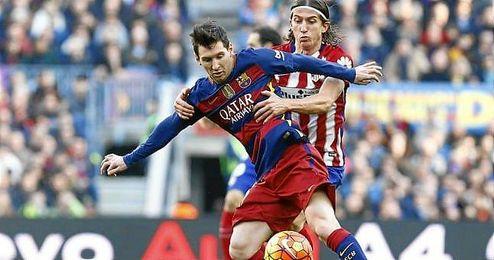 El lateral pelea un bal�n con el punta argentino.