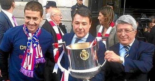 Enrique Cerezo, junto a Ignacio Gonz�lez y Gabi.