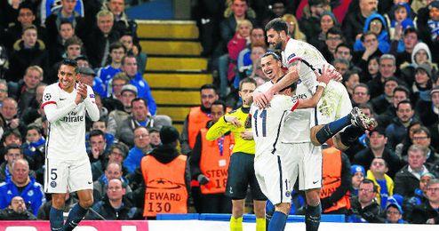 Los compa�eros de Ibrahimovic felicitan al sueco por el gol que certificaba la clasificaci�n en Londres.