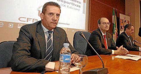 José María Cruz, director general del Sevilla, junto a José Castro.